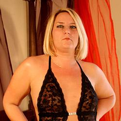 Dominatrice, la femme enculeuse avec son gode ceinture