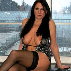 Libertine brune cherche une ambiance érotique et sexy